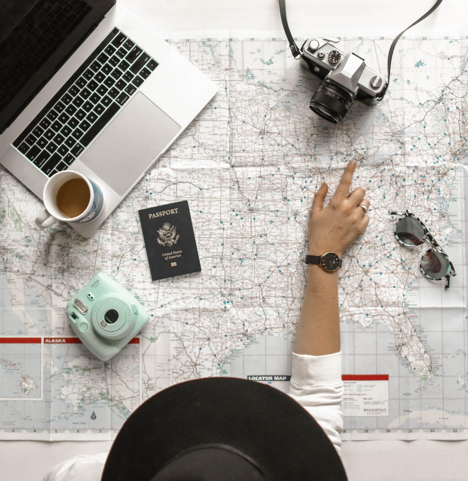 ordinateur_organisation_personne_appareil_photo_carte_voyage