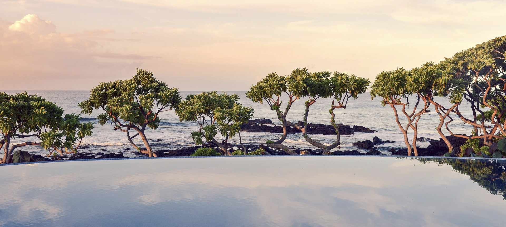 mer_piscine_vue_débordement_rochers_sunset_voyager_moins_cher