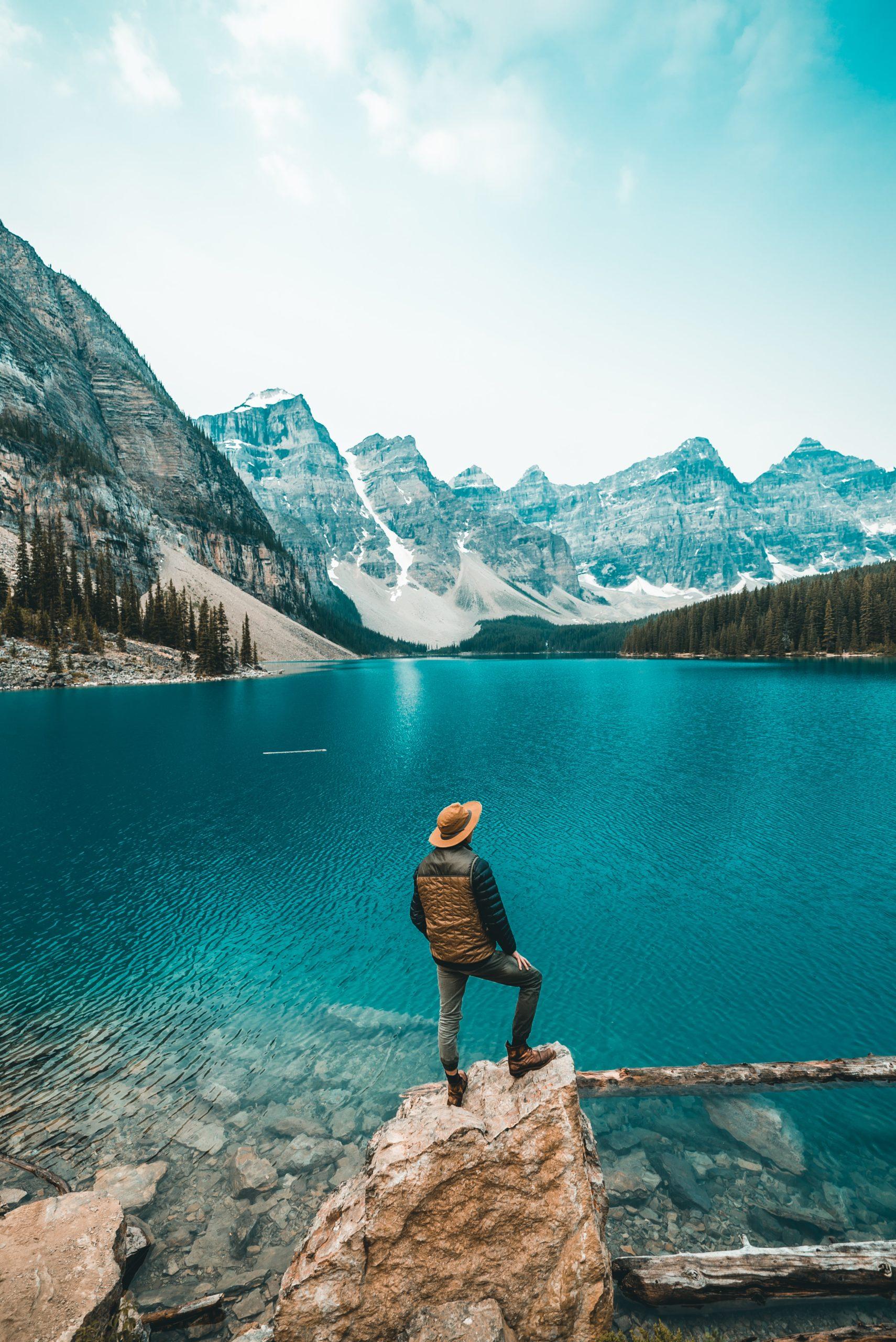 Moraine_lake_et_un_voyageur